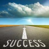 Lege asfaltweg naar wolk en tekens die succes symboliseren royalty-vrije stock foto