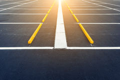 Lege autoparkeerterreinen, Openlucht openbaar parkeren met zonneschijn Royalty-vrije Stock Afbeeldingen