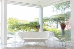 Lege badkuipbank of tonbank die door gordijn met grote venster en boomachtergrond in studio wordt behandeld stock afbeelding