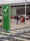 Lege bagagekarretje of kar bij de luchthaven Stock Afbeeldingen