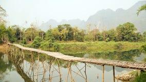 lege bamboebrug op de achtergrond van de kalksteenberg Royalty-vrije Stock Fotografie