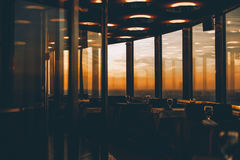 Lege barinerior met zonsondergang buiten de vensters Stock Foto's