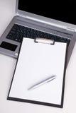 Lege bedrijfsspatie op geïsoleerde laptop Stock Foto