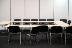 Lege bedrijfsvergaderzaal Bureau en stoelen voor besluit die - maken royalty-vrije stock foto's