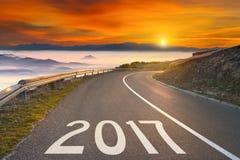 Lege bergweg tot aanstaande 2017 bij zonsondergang royalty-vrije stock foto