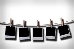 Lege beschikbare fotoframes die in kabel hangen Stock Afbeelding