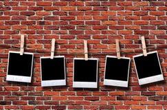 Lege beschikbare fotoframes die in kabel hangen stock fotografie