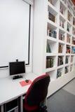 Lege bibliotheek, computers, boeken royalty-vrije stock fotografie