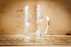 Lege biermok op de lijst Royalty-vrije Stock Foto's