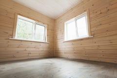 Lege binnenlandse, houten muren en twee vensters Stock Fotografie