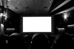 Lege bioskoop met het witte scherm stock foto