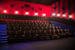 Lege bioskoop, bioskoop met zachte stoelen vóór de première van de film Er zijn geen mensen in de bioskoop Het glijden automatisc stock afbeelding
