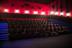 Lege bioskoop, bioskoop met zachte stoelen vóór de première van de film Er zijn geen mensen in de bioskoop Het glijden automatisc stock foto's
