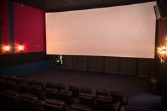 Lege bioskoop, bioskoop met zachte stoelen vóór de première van de film Er zijn geen mensen in de bioskoop Het glijden automatisc royalty-vrije stock foto's