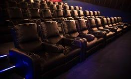 Lege bioskoop, bioskoop met zachte stoelen vóór de première van de film Er zijn geen mensen in de bioskoop Het glijden automatisc stock afbeeldingen