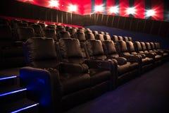 Lege bioskoop, bioskoop met zachte stoelen vóór de première van de film Er zijn geen mensen in de bioskoop Het glijden automatisc royalty-vrije stock afbeelding
