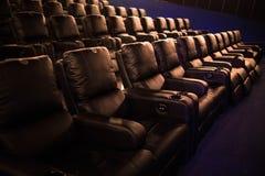 Lege bioskoop, bioskoop met zachte stoelen vóór de première van de film Er zijn geen mensen in de bioskoop Het glijden automatisc royalty-vrije stock fotografie