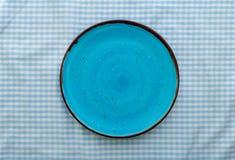 Lege blauwe ceramische plaat dichte omhooggaande, hoogste mening royalty-vrije stock foto's