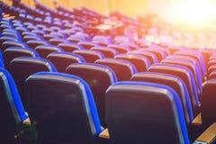 Lege blauwe stoelen bij bioskoop of theater of een conferentieruimte Stock Afbeeldingen