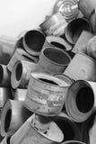 Lege blikken het gas van Zyklon B in Auschwitz stock afbeeldingen