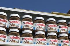 Lege blikken van chocoladedeeg van het wereldberoemde merk stock afbeeldingen