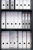 Lege blinde omslagen met dossiers in de plank Archivistisch, stapels documenten in het boek op het kantoor met ruimte voor tekst royalty-vrije stock afbeelding
