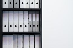 Lege blinde omslagen met dossiers in de plank Archivistisch, stapels documenten in het boek op het kantoor met ruimte voor tekst royalty-vrije stock foto