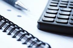 Lege blocnote en een calculator stock afbeeldingen