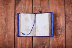 Lege blocnote op een houten oppervlakte Stock Fotografie