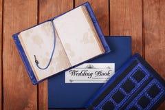 Lege blocnote op een houten oppervlakte Uitstekende reeks van voorwerp Stock Foto's