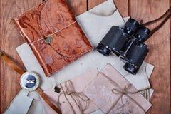 Lege blocnote op een houten oppervlakte Uitstekende reeks van voorwerp Royalty-vrije Stock Afbeeldingen