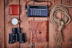 Lege blocnote op een houten oppervlakte Uitstekende reeks van voorwerp Stock Foto