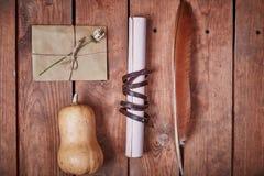 Lege blocnote op een houten oppervlakte Uitstekende reeks van voorwerp Royalty-vrije Stock Afbeelding
