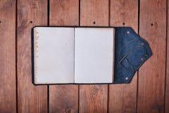 Lege blocnote op een houten oppervlakte Uitstekende reeks van voorwerp Stock Afbeeldingen