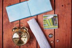 Lege blocnote op een houten oppervlakte Uitstekende reeks van voorwerp Royalty-vrije Stock Foto's