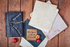 Lege blocnote op een houten oppervlakte Uitstekende reeks van voorwerp Royalty-vrije Stock Fotografie