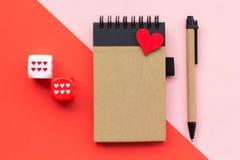 Lege blocnote op rode en roze achtergrond stock foto