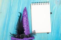 Lege blocnotedocument pagina en heksen buitensporige hoed Om lijst op Halloween-vakantie te doen Royalty-vrije Stock Afbeeldingen