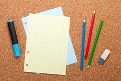 Lege blocnotepagina op cork berichtraad Stock Fotografie