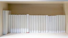 lege boeken op houten plank stock afbeeldingen
