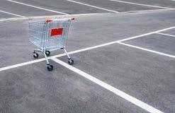 Lege boodschappenwagentjes op een leeg parkeerterrein Stock Afbeeldingen