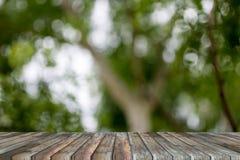 Lege bovenkant van houten lijstmontering met groene boom bokeh als backg royalty-vrije stock afbeeldingen