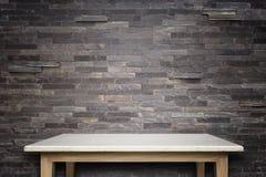 Lege bovenkant van natuursteenlijst en de achtergrond van de steenmuur stock afbeelding