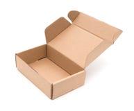 Lege bruine die doos op witte achtergrond wordt geopend Stock Foto's