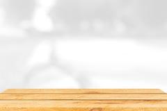 Lege bruine houten lijst en binnenlandse onduidelijk beeldachtergrond met bokehbeeld, voor de montering van de productvertoning Royalty-vrije Stock Afbeeldingen
