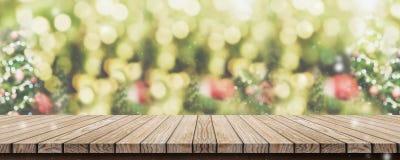 Lege bruine houten lijstbovenkant met abstracte groene onduidelijk beeldkerstmis royalty-vrije stock afbeelding