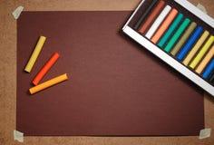 Lege bruine kartonachtergrond en pastelkleurdoos Royalty-vrije Stock Foto