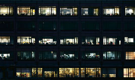 Lege bureaus bij nacht royalty-vrije stock afbeeldingen