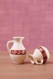 Lege ceramische kruik twee op een purpere achtergrond herinneringen Stock Foto's