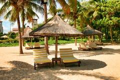 Lege chaise zitkamers die zich op een verlaten strand tegen de achtergrond van het hoofdgebouw van het Kimpinski-Hotel bevinden royalty-vrije stock fotografie